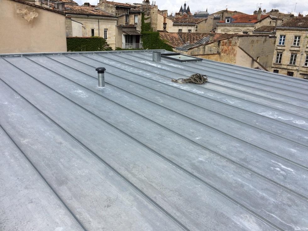 Entourage de velux sur une couverture a joint debout for Couverture en zinc joint debout
